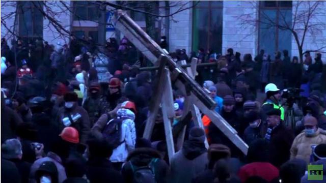 بالفيديو: بناء منجنيق عملاق مع استمرار الإحتجاجات العنيفة في أوكرانيا