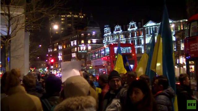 بالفيديو: أوكرانيون يتظاهرون ضد ميلياردير في بريطانيا