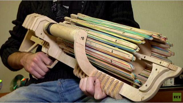 بالفيديو: طالب أوكراني يخترع سلاحا رشاشا للأشرطة المطاطية
