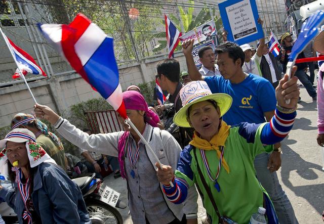 استمرار التظاهرات في بانكوك.. وشيناوات تجتمع بقيادة القوات المسلحة