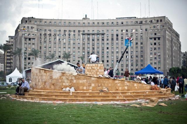 الحكم على ثلاثة مصريين بالسجن بتهمة تحطيم حجر أساس النصب التذكاري لميدان التحرير