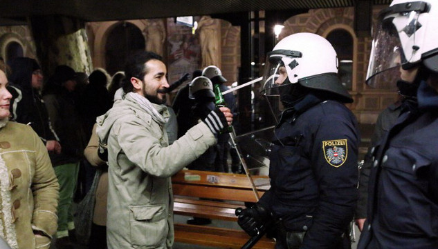 عشرات الجرحى في مظاهرة مناوئة لليمين المتطرف بالنمسا
