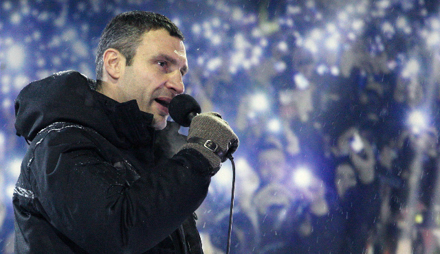 السلطة والمعارضة الأوكرانية تتفقان على مناقشة إمكانية تعديل الدستور والانسحاب من الشوارع
