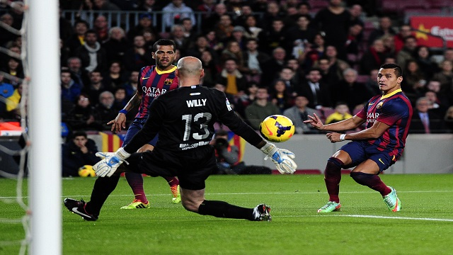 برشلونة يسحق ملقا بثلاثية ويتقاسم صدارة الليغا مع أتلتيكو مدريد