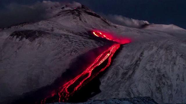 بالفيديو... بركان جبل إتنا يثور من جديد