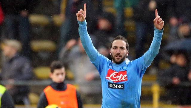 نابولي يجرد لاتسيو من لقب بطل كأس إيطاليا ويواجه ذئاب روما