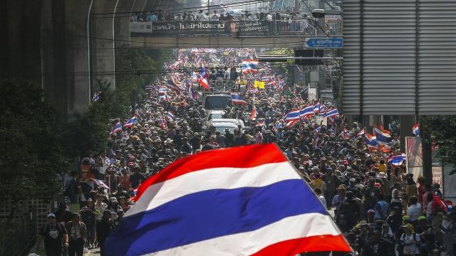 تايلاند.. الآلاف من مناهضي الحكومة يتظاهرون ضد الإنتخابات وسط إجراءات أمنية مشددة