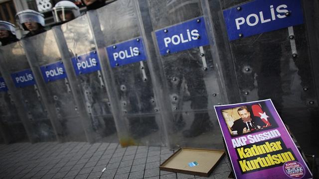 الحكومة التركية تواصل حملة التطهير واسعة النطاق ضد الفساد
