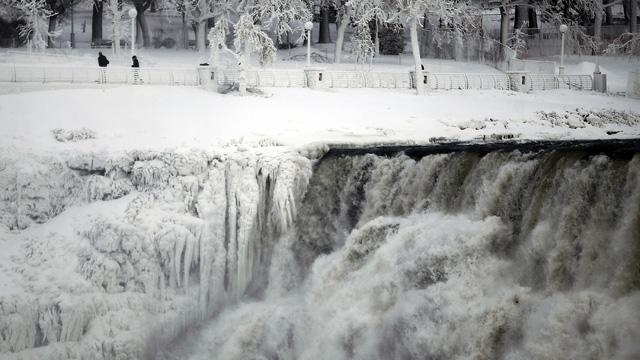 بالصور والفيديو: موجات البرد القارس بالولايات المتحدة تجمّد شلالات نياغارا