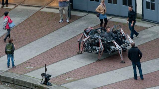 شاب يعمل على تصميم روبوت بارتفاع 5 أمتار (فيديو)