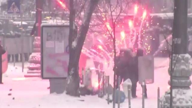 استمرار الاشتباكات في كييف.. والمعارضة تهدد بالتصعيد في حال عدم إجراء انتخابات رئاسية مبكرة (صور + فيديو)