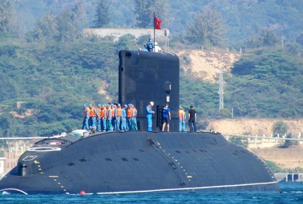 البحرية الفيتنامية تتسلم أول غواصة روسية الصنع من طراز