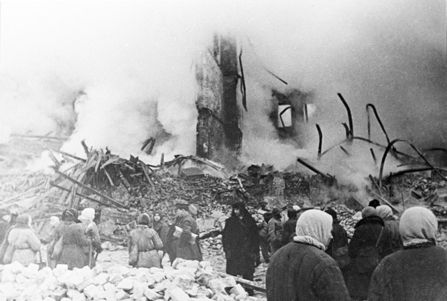 المبنى السكني المدمر بعد قصف مدفعي. لينينغراد. ابريل/نيسان  عام 1942