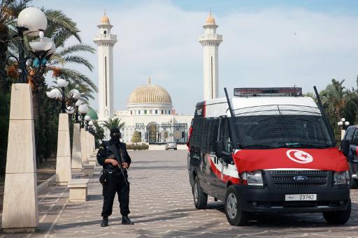 الأمن التونسي يفرق