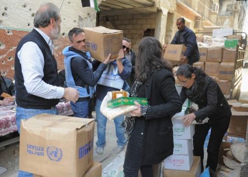 دخول مساعدات غذائية الى مخيم اليرموك واجلاء مئات الحالات المرضية