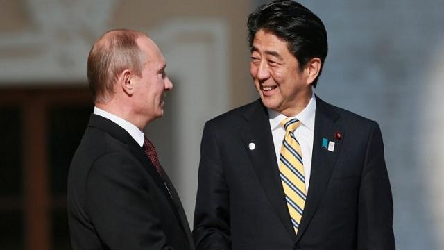رئيس الوزراء الياباني يسعى لتعزيز العلاقات الشخصية مع الزعيم الروسي لتسوية الملفات العالقة بين البلدين