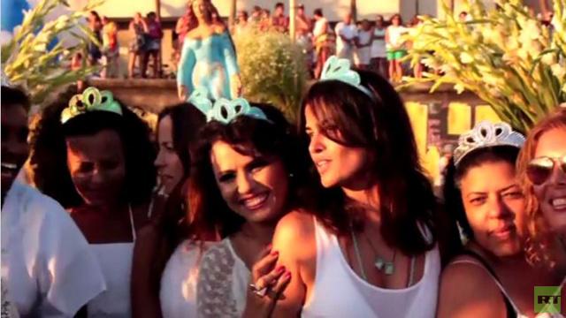 بالفيديو: أتباع الديانة الكاندومبلية يكرمون آلهة البحر على الطريقة البرازيلية