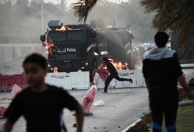 محكمة بحرينية تحكم بالسجن 15 عاما على 11 معارضا متهما بمحاولة قتل رجال شرطة