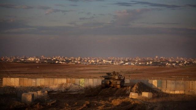 مقتل ضابط إسرائيلي بنيران صديقة قرب غزة
