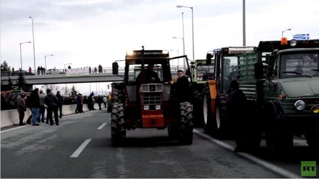 مزارعون يونانيون يغلقون الطرق بجراراتهم احتجاجا على