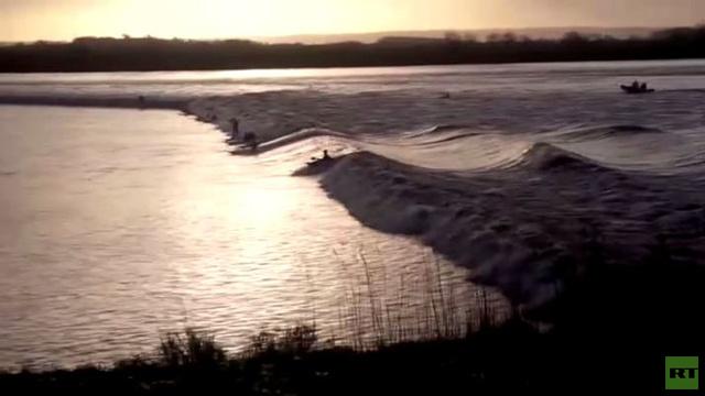 بالفيديو.. بريطانيون يمارسون رياضة ركوب الأمواج وسط نهر