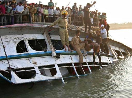 مقتل 11 شخصا وفقدان العشرات بحادث غرق قارب في بنغلاديش