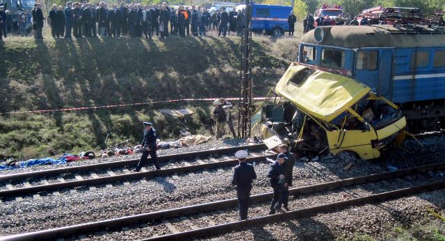 سقوط 13 قتيلا على الأقل في حادث اصطدام قطار بحافلة في شمال شرق أوكرانيا