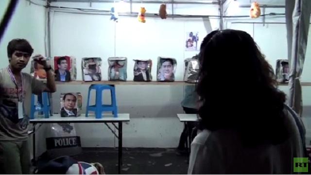 بالفيديو...محتجون يرمون صور مسؤولين تايلانديين بكرات البينغ بونغ