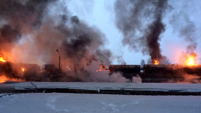 اشتعال 10 صهاريج للغاز المسال في حادث خروج قطار عن السكة في روسيا (فيديو)