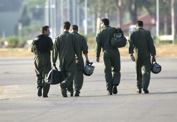 معاقبة 14 طيارا إسرائيليا لتخزينهم مواد حساسة على هواتفهم