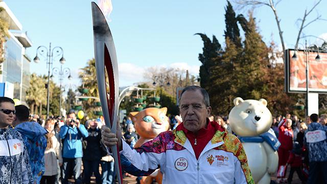 بالفيديو.. لافروف يشارك في مسيرة الشعلة الأولمبية في سوتشي