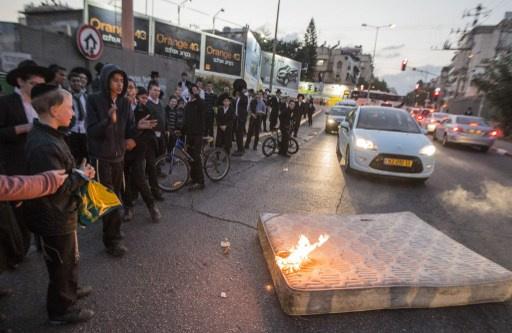 مئات المتشددين اليهود يشتبكون مع الشرطة في إسرائيل (فيديو)