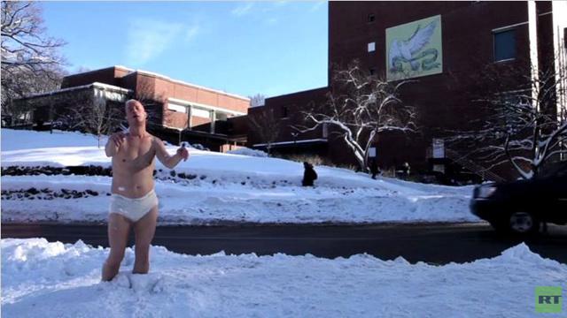 بالفيديو.. تمثال لرجل نصف عار يثير صدمة في مدرسة بنات أمريكية