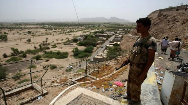 مقتل 4 جنود يمنيين في اشتباكات مع مسلحين جنوب شرق البلاد