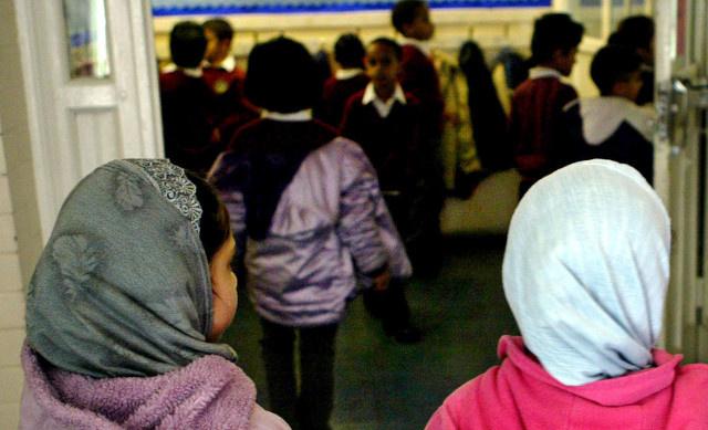 اغلاق ثانوية اسلامية في إنجلترا أثارت انتقادات لتطيبقها تعاليم إسلامية