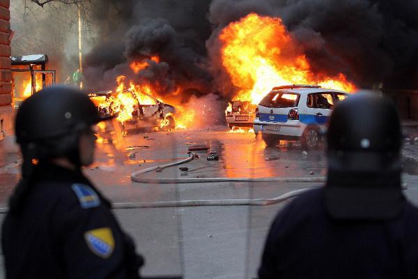 متظاهرون ضد سياسات الحكومة يحرقون عددا من المباني الحكومية في البوسنة