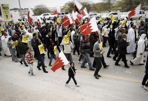 الآف البحرينيين يتظاهرون ضد الحكومة والمعارضة تدعو الى مسيرات يومية