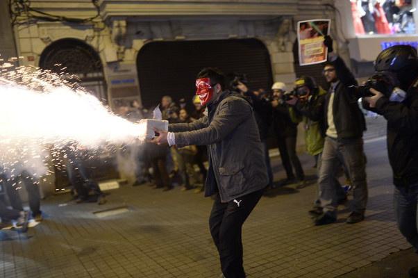 الشرطة التركية تطلق الغاز لتفريق محتجين على قانون الإنترنت المثير للجدل