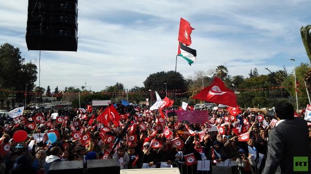 أنصار النهضة الإسلامية في تونس يرفعون صور محمد مرسي وحسن البنا