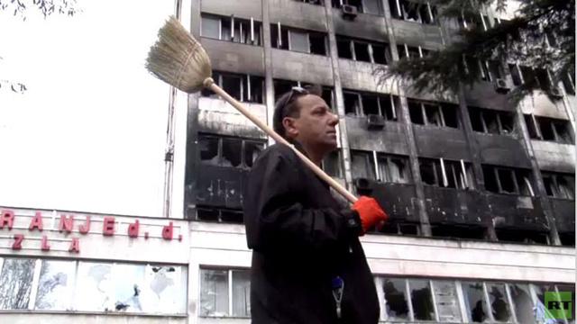 بالفيديو.. سكان مدينة توزلا في البوسنة يشاركون في حملة تنظيف عقب الاحتجاجات
