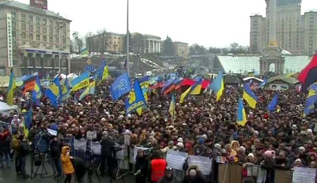 مظاهرة حاشدة للمعارضة بوسط كييف وتشديد إجراءات الأمن تحسبا لوقوع انفجارات