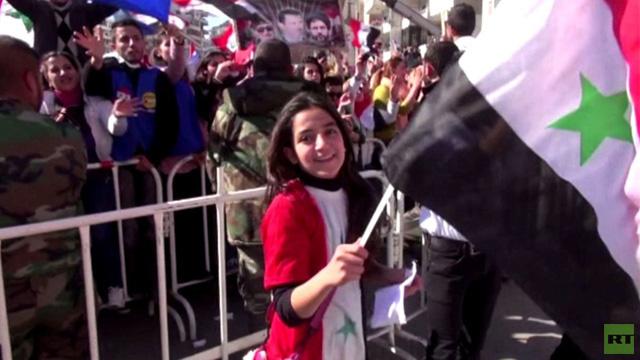 بالفيديو: آلاف السوريين في مظاهرة مؤيدة للأسد في اللاذقية