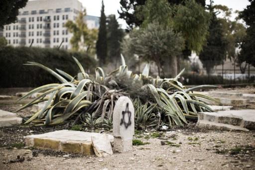 مؤسسة الاقصى: متطرفون يهود ينبشون 15 قبراً في مقبرة فلسطينية