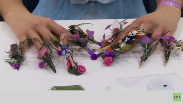 بالفيديو.. مسابقة في فن طلاء الأظافر