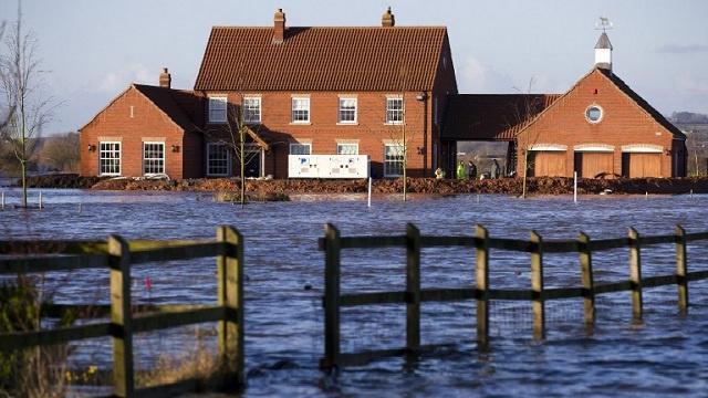 وكالة الأرصاد الجوية تحذر من اتساع رقعة العواصف في بريطانيا والجيش ينتشر في المناطق المتضررة (فيديو)