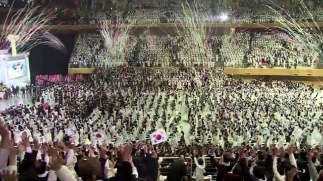 بالفيديو.. حفل زفاف جماعي في كوريا الجنوبية لنحو 2500 عريس وعروس