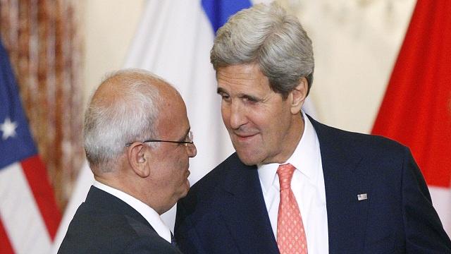 عريقات يدعو كيري إلى التقيد بالشرعية الدولية في مقترحاته للسلام مع إسرائيل