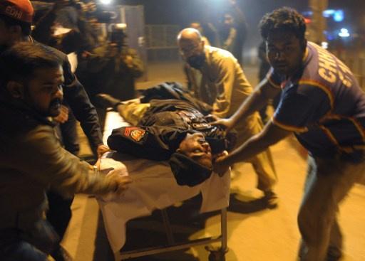 مقتل 13 شرطيا في تفجير حافلة بكراتشي الباكستانية
