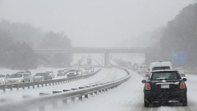 شلل في المواصلات بـ10 ولايات أمريكية بسبب الثلوج ونيويورك في مرمى العاصفة