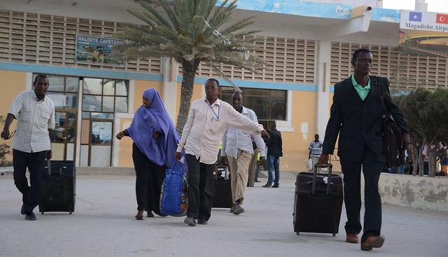 سيارة ملغومة تنفجر عند مدخل مطار الصومال الدولي مخلفة قتلى وجرحى